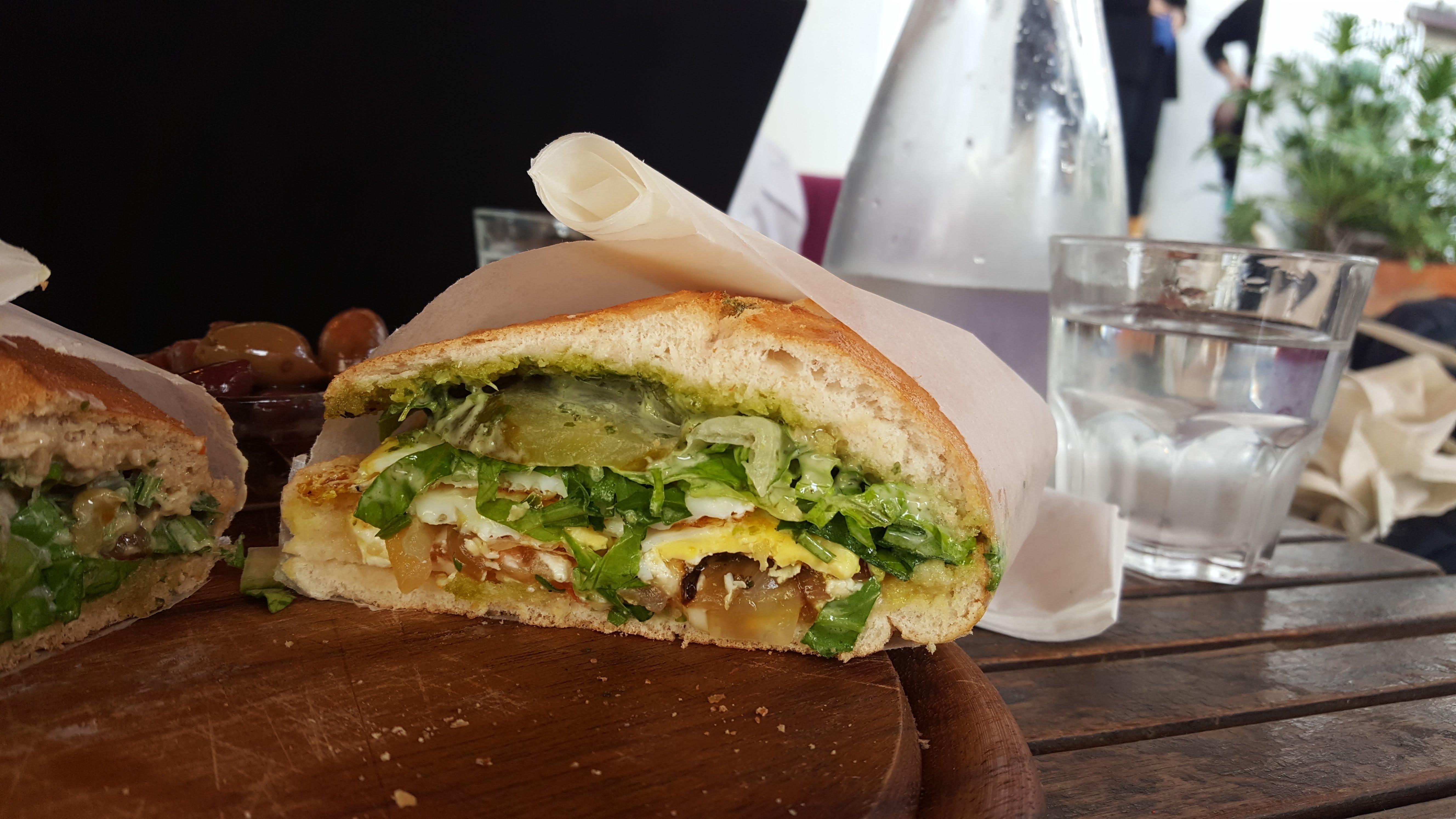 Spiegelei-Sandwich, Beit Ha'Amudim, Tel Aviv