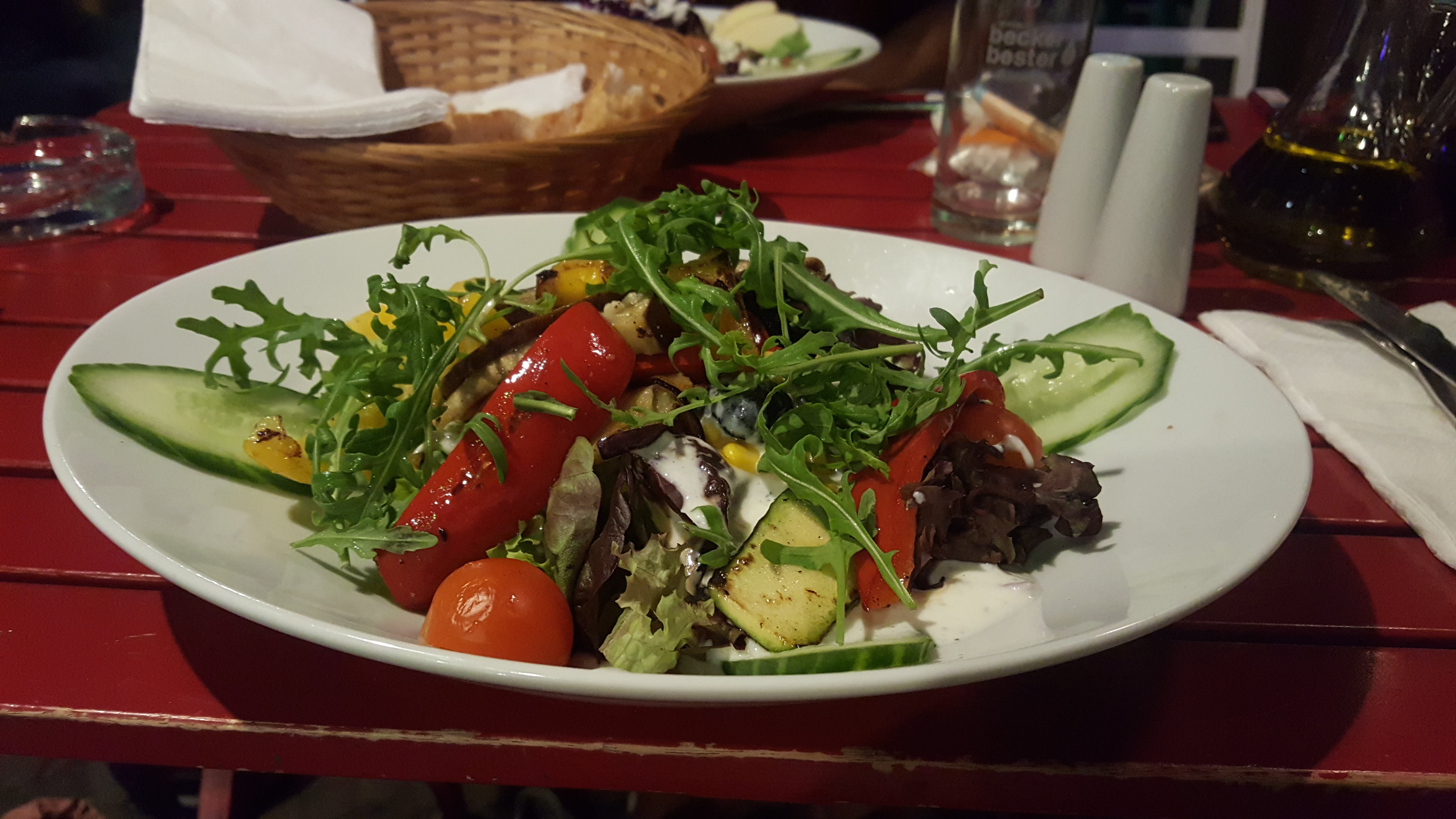 Salat mit Gemüse, Café V, Berlin