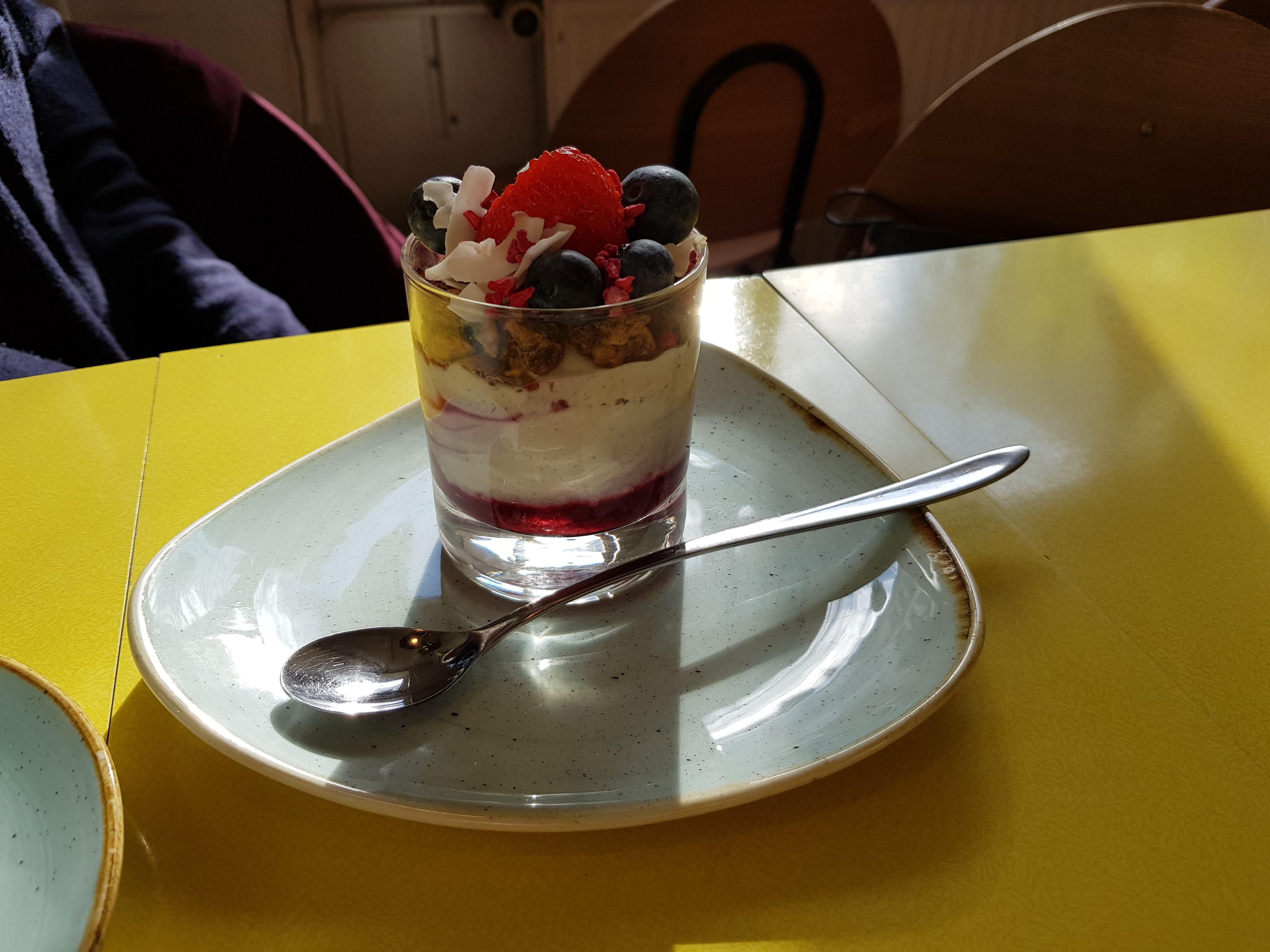 Chia-Cashew-Joghurt mit Früchten